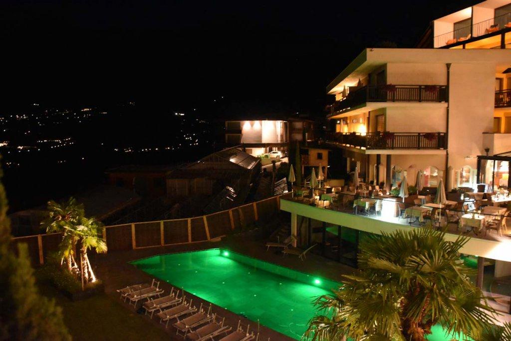 Nächtlicher Blick auf den beleuchteten Hotelpool