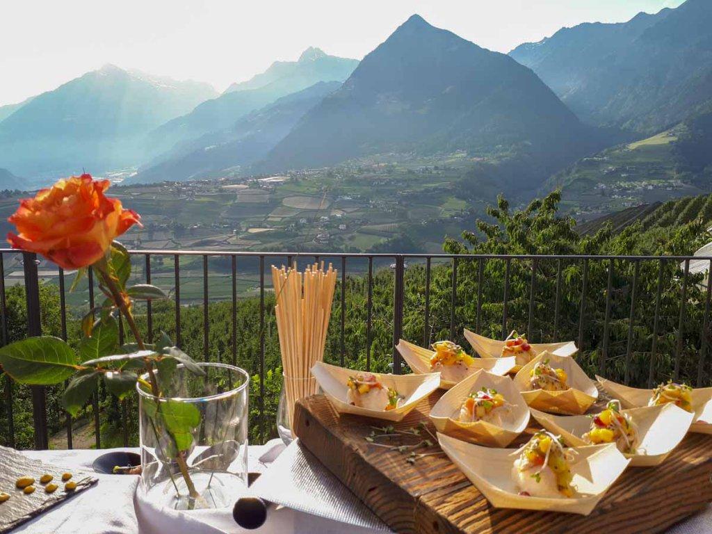Aperitif im goldenen Abendlicht im Vinum Hotel Südtirol