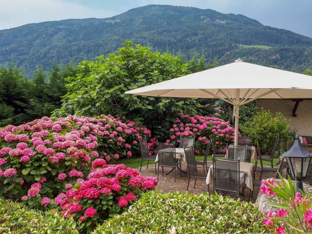 Das Gartenparadies des Vinum Hotels Schloss Plars in Algund