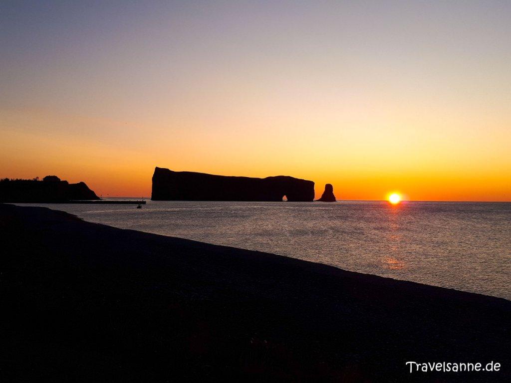 Sonnenaufgang am Rocher Percé im Sankt-Lorenz-Golf in Québec