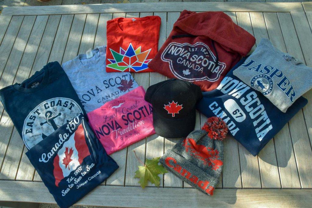 Typisch kanadische Reise Geschenke:  T-Shirts, Hoodies und Mützen mit dem Maple Leaf