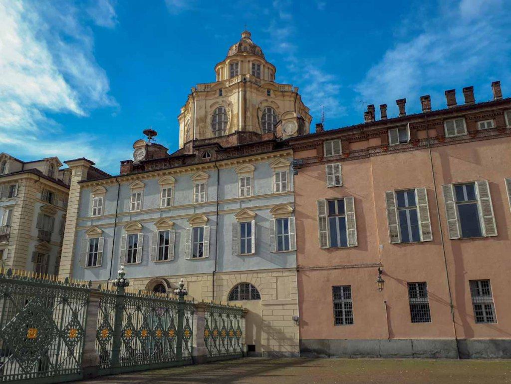 Die Kirche San Lorenzo an der Piazza Castello in Turin