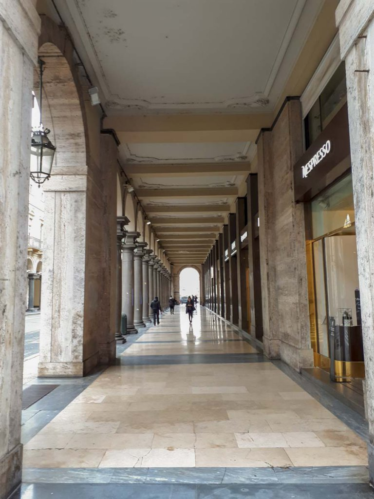 Turin Shopping unter den Arkaden der Via Roma