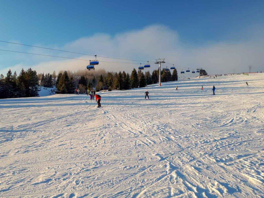 Beliebtes Winterurlaubsziel für Familien: Skifahren am Feldberg