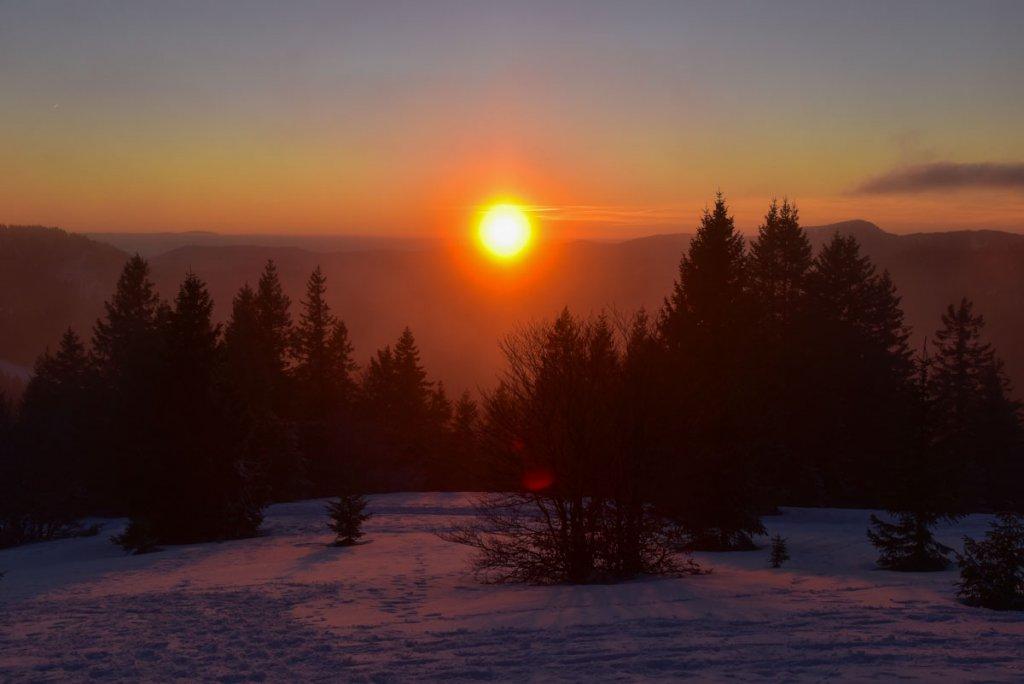 Die Sonne versinkt hinter den Hügeln des Hochschwarzwalds