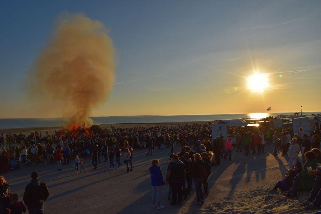 Ostertradition auf Norderney: Das alljährliche Osterfeuer am Westbadestrand