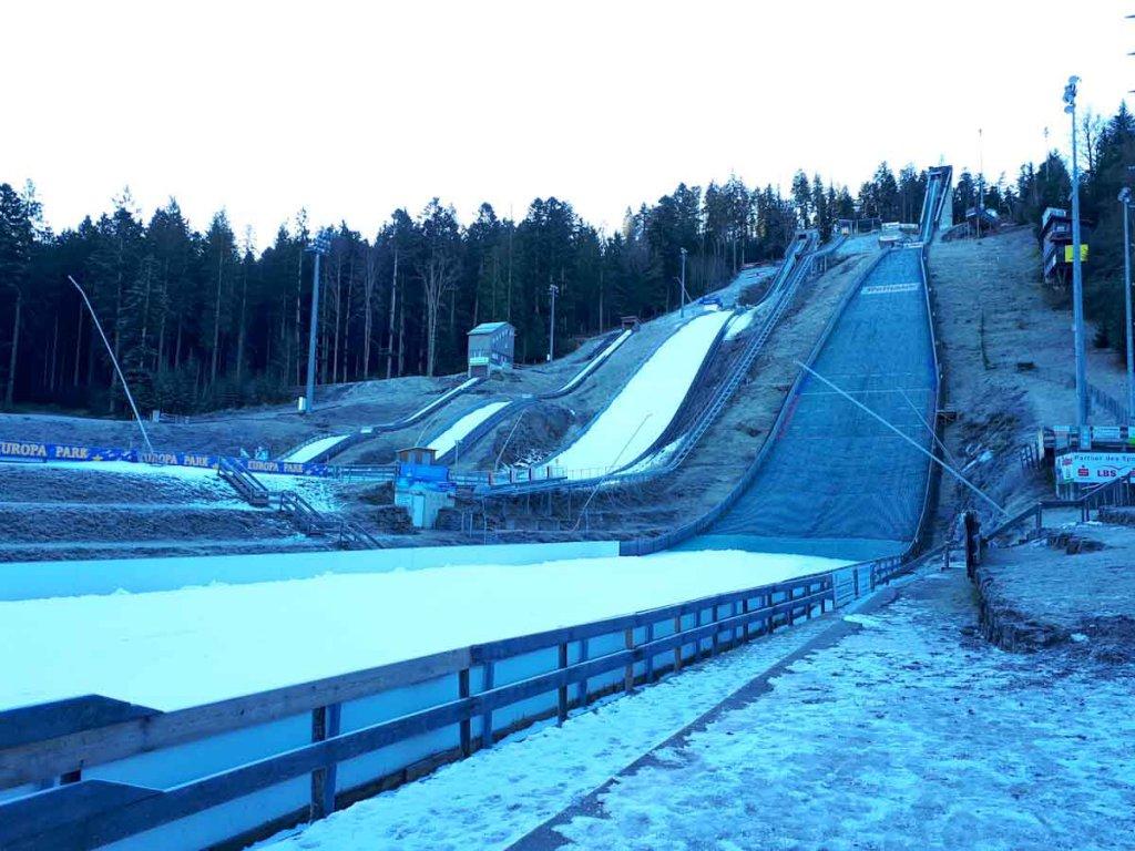 Frostiger Morgen an der berühmten Skisprungschanze in Hinterzarten