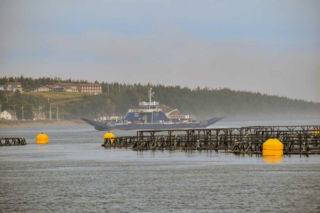 Die Brier Island Lodge hoch über dem Fährhafen von Westport
