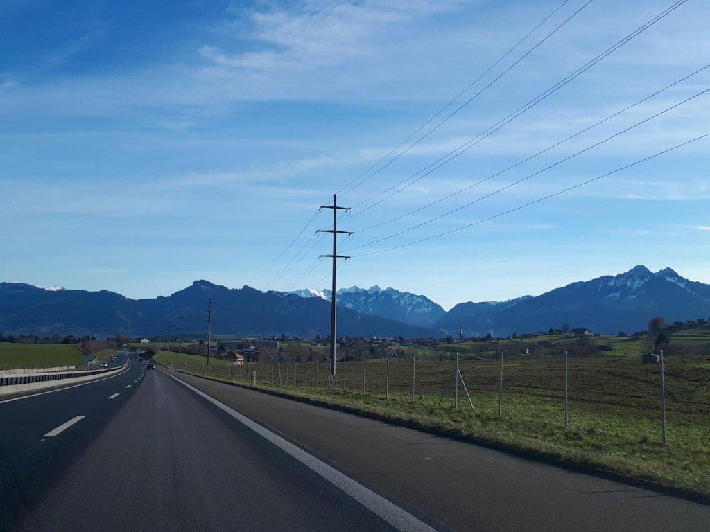 Heimreise durch die Schweizer Alpen bei Gruyères