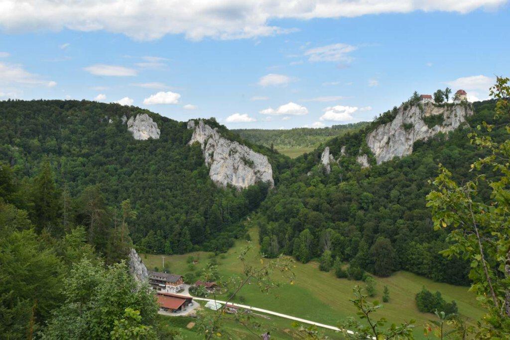 Blick von der anderen Donautalseite auf Jägerhaus und Schloss Bronnen