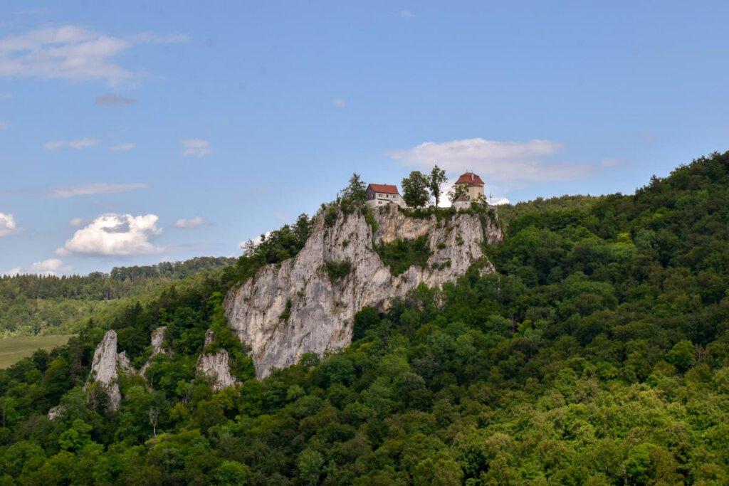 Schloss Bronnen thront spektakulär auf einem Kalksteinfelsen über dem Donautal