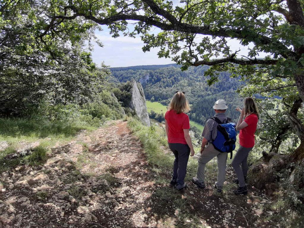 Vater und Töchter bestaunen das Donautal Panorama auf dem Stiegelesfelsen