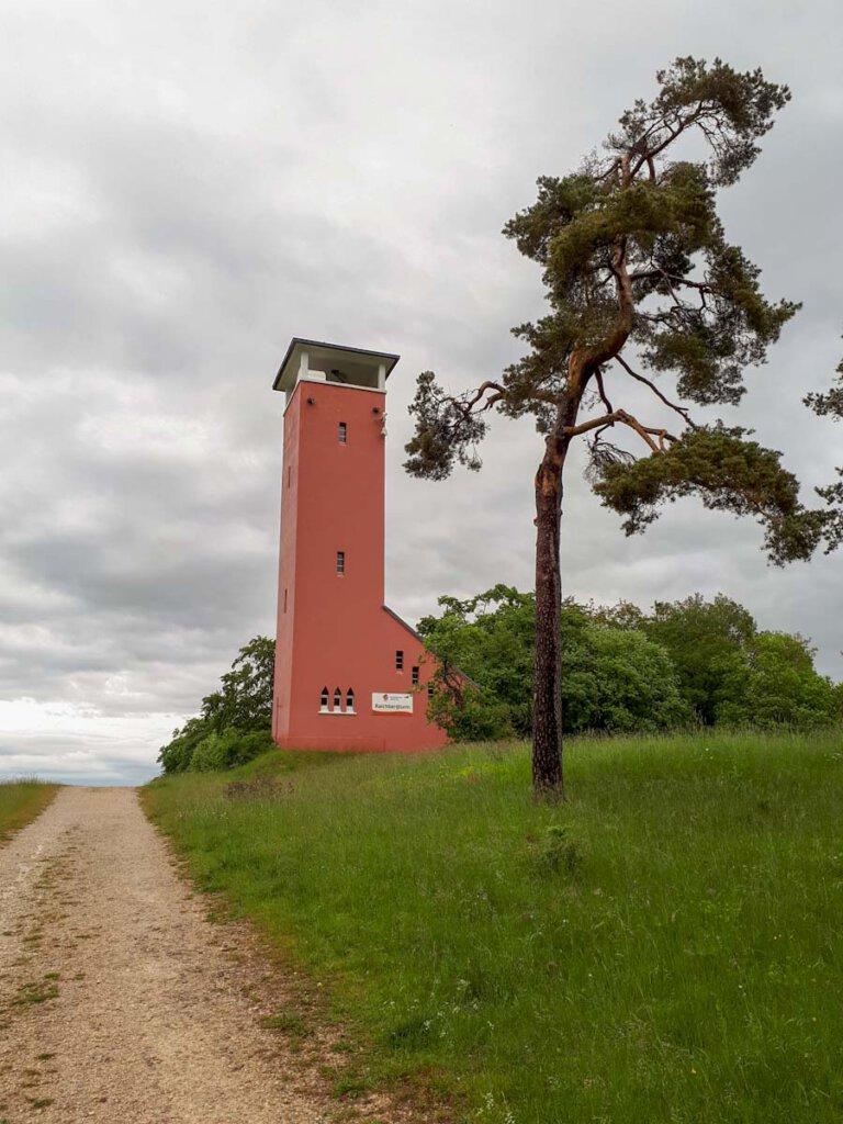 Der kleine Aussichtsturm auf dem Raichberg auf der Schwäbischen Alb
