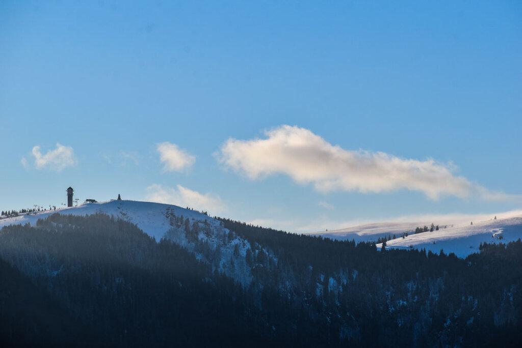 Märchenhaft: Der schneebedeckte Feldberg mit Aussichtsturm