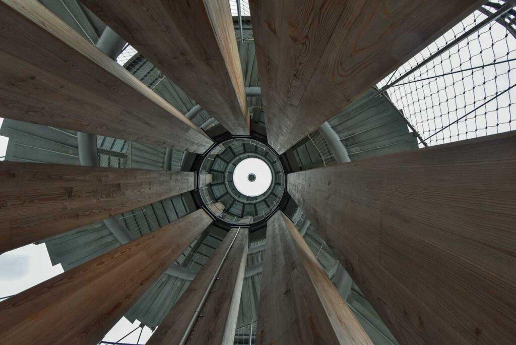 Faszinierende Baukunst: Blick nach oben im Schönbuchturm