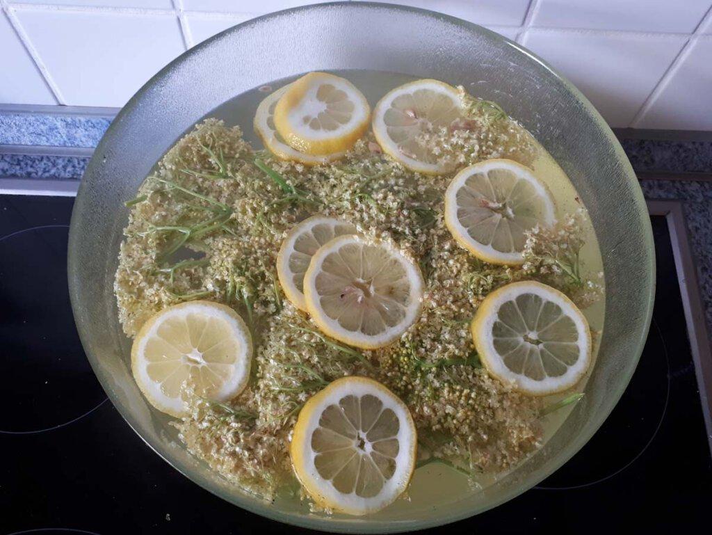 Der noch heiße Holunderblütensirup mit Zitrone
