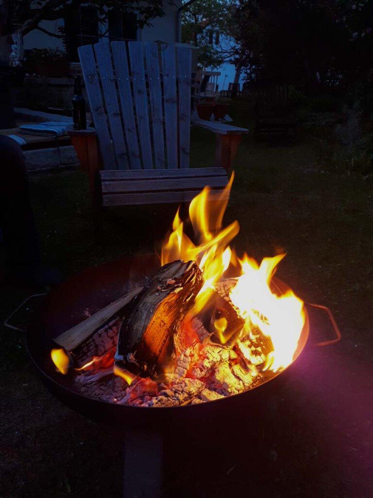 Fast wie in Kanada: Lagerfeuer im Urlaub zuhause