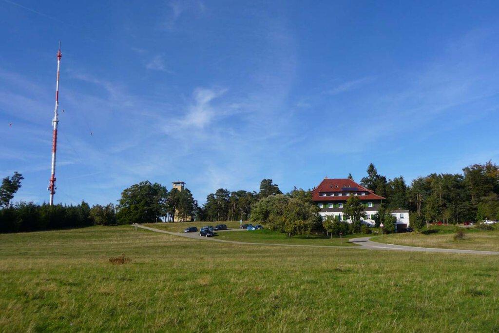 Wanderheim Nägelehaus mit Raichbergturm und Sender
