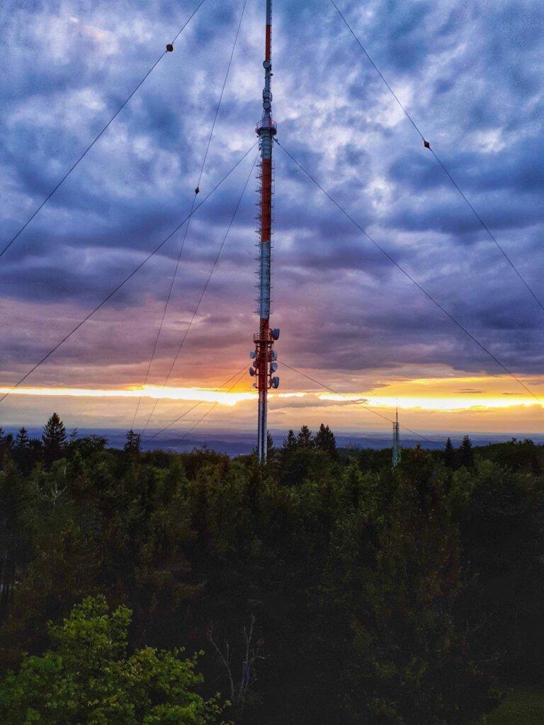 Wolkenspektakel zum Sonnenuntergang auf dem Raichbergturm