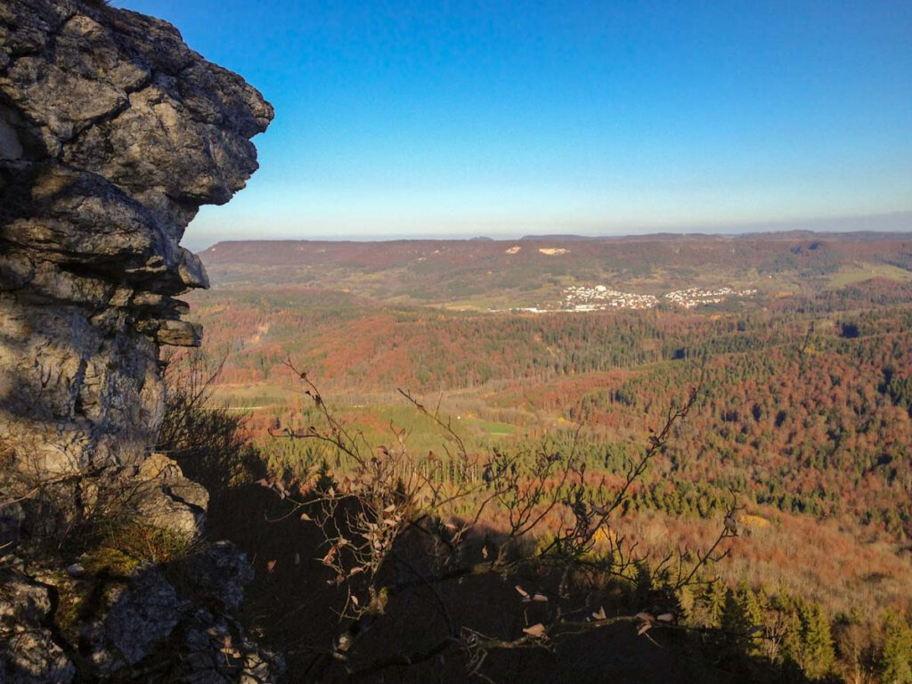 Blick am Hangenden Stein vorbei zum Dreifürstenstein