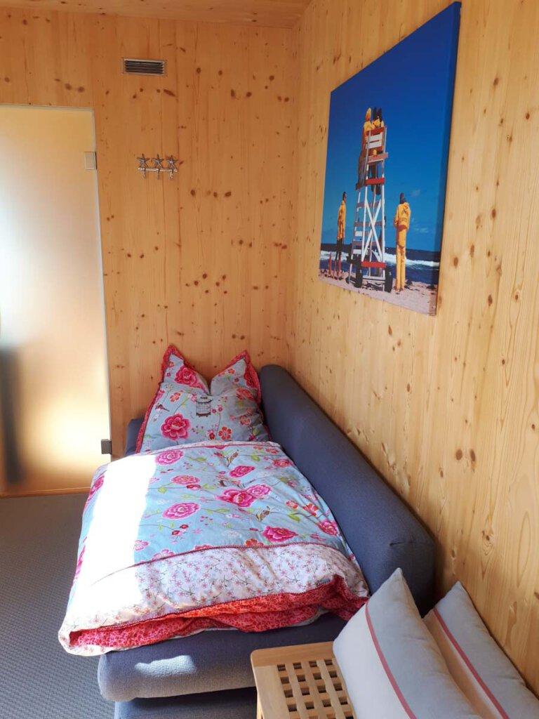 Urlaub zuhause: Schlafen im Gästebett im Gartenhaus