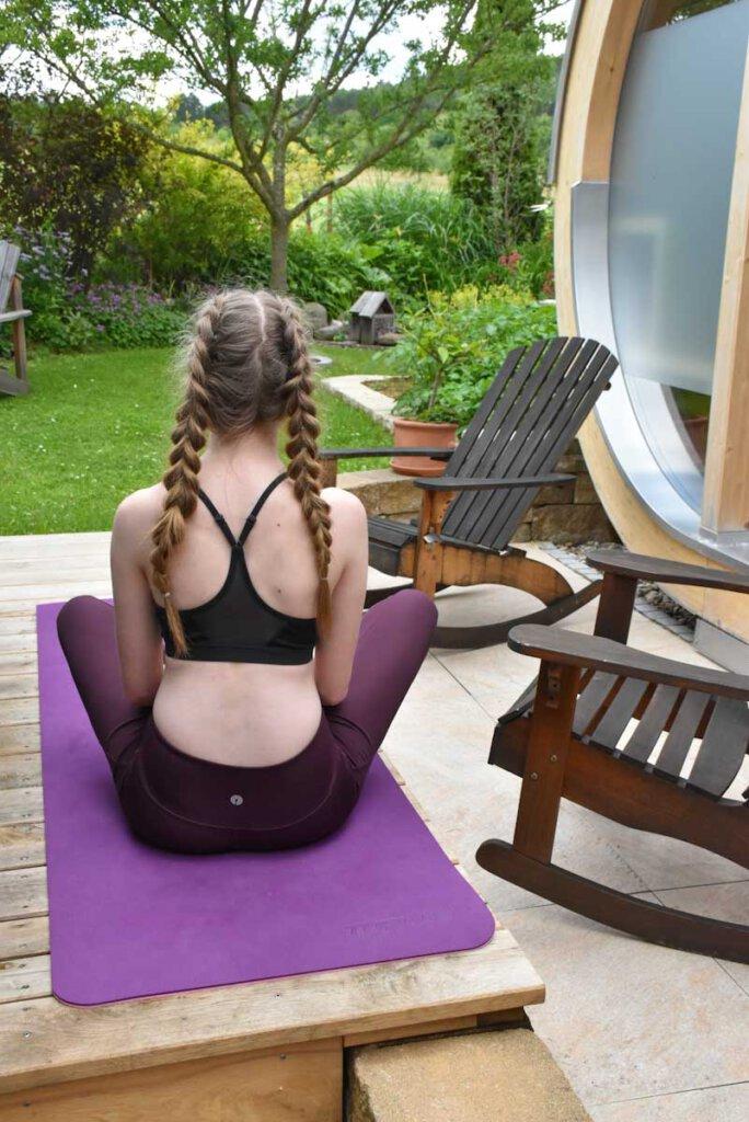 Morgendliches Workout im Garten im Urlaub zuhause