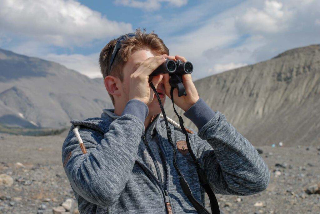 Tierbeobachtung beim Wandern mit dem Fernglas