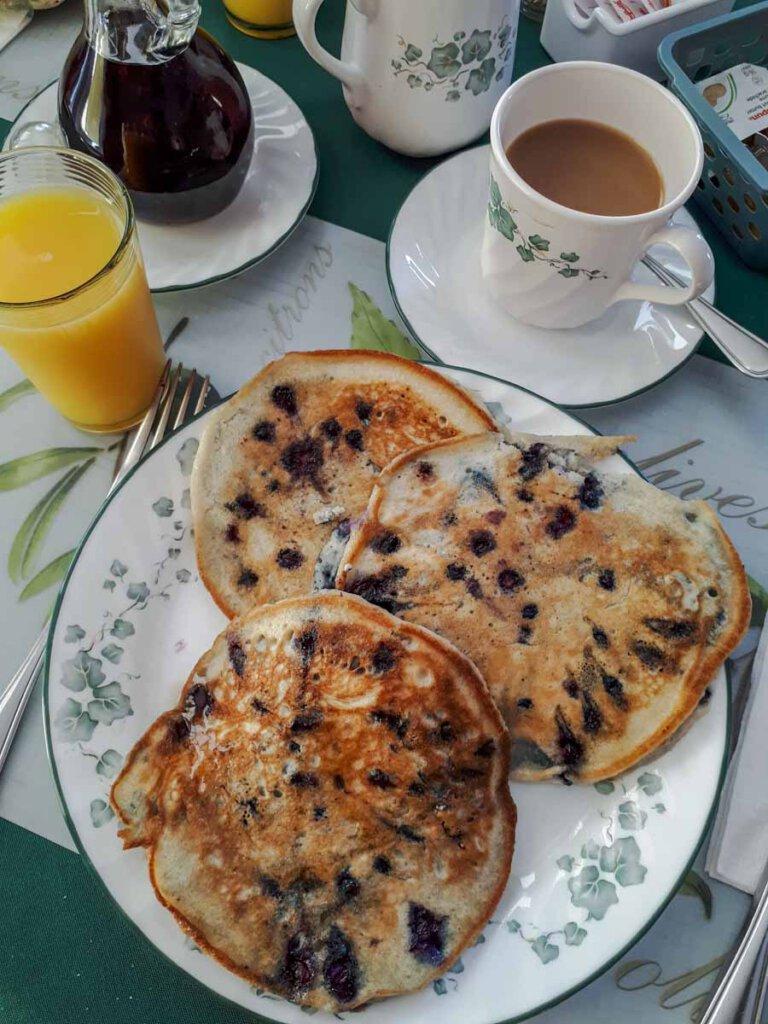 Frühstücks-Klassiker aus Amerika: Blaubeer-Pfannkuchen