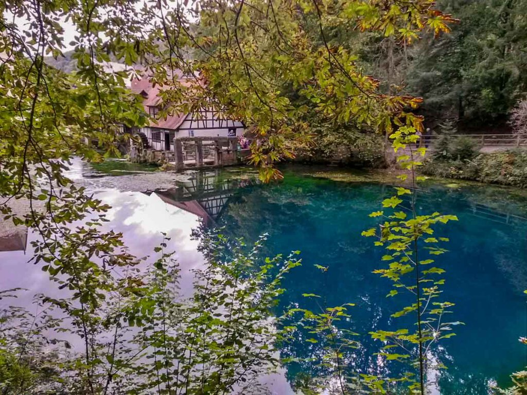 Touristenmagnet: Der türkisfarbene Blautopf in Blaubeuren