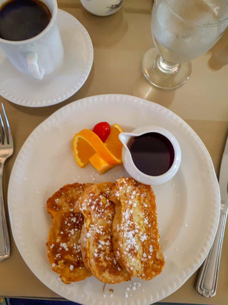 Leckeres Frühstück in Amerika mit French Toast und Ahornsirup
