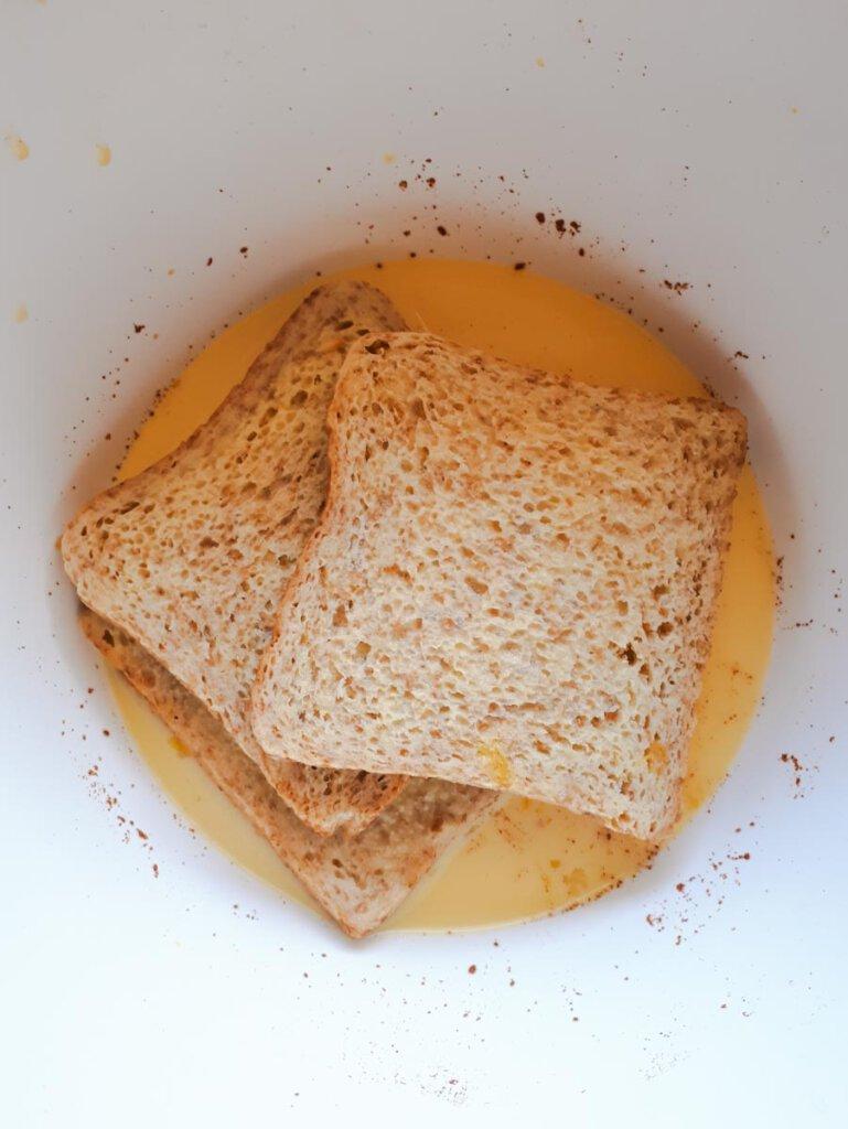 Rezept für French Toast; Brot in Eier-Milch-Mischung durchziehen lassen