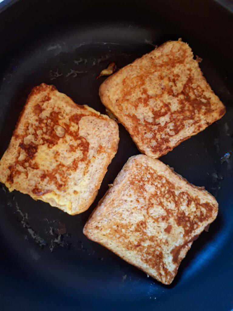 French Toast wird in der Pfanne goldbraun gebacken