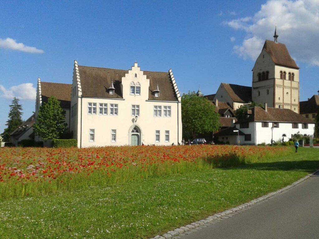 Klatschmohnwiese vor Reichenaus Kloster St. Maria und Markus