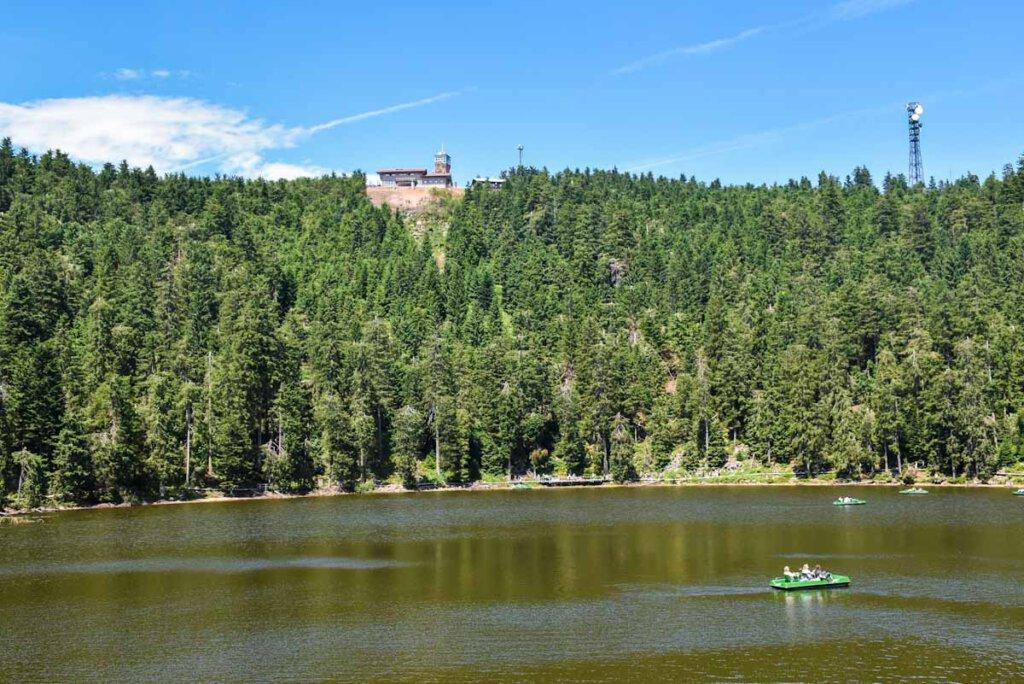 Tretbootfahren auf dem Mummelsee mit Blick zur Hornisgrinde