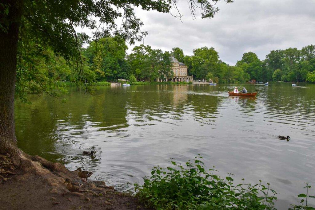 Romantische Bootstour auf dem kleinen See von Schloss Monrepos