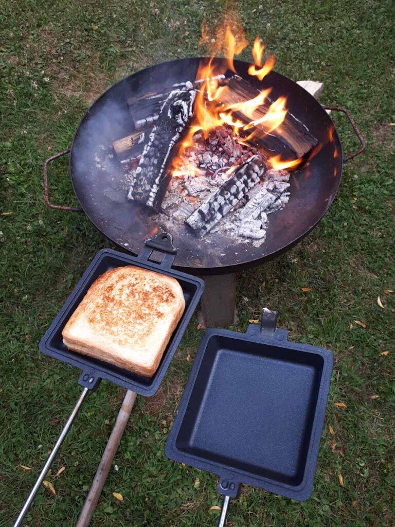 Im Sandwichmaker gerösteter Toast