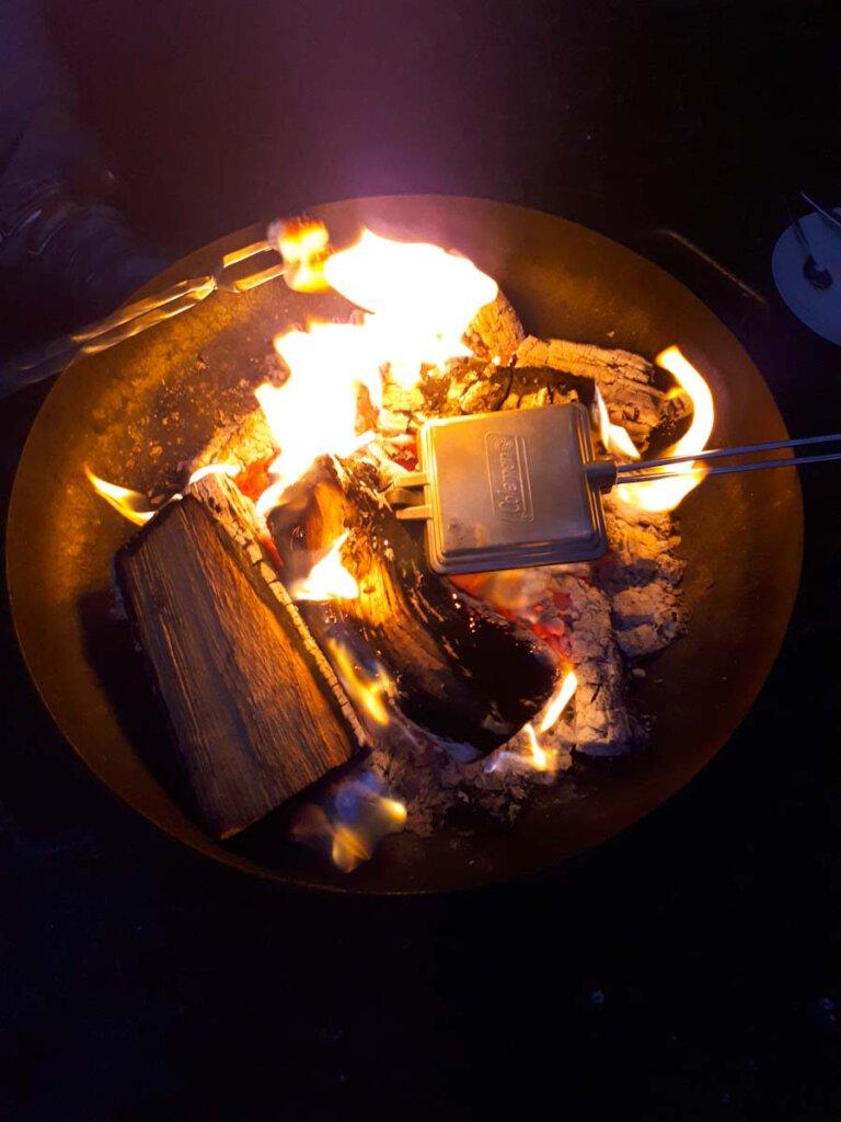 Lagerfeuer-Klassiker aus Amerika: Das Pie Iron zur Zubereitung von Toasts