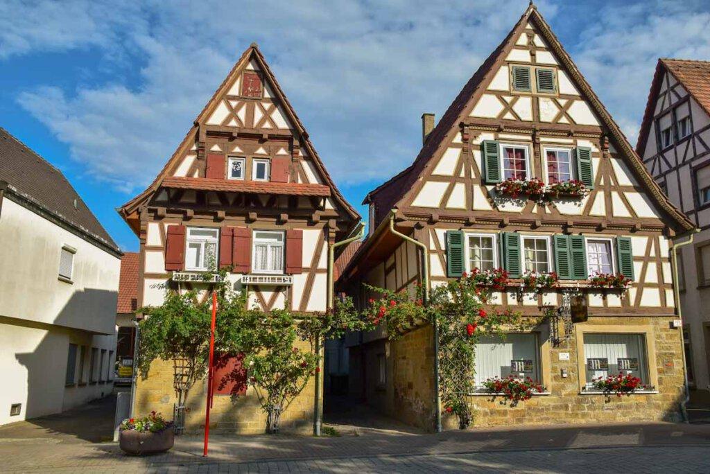 Pittoresk: Das Fachwerkhaus der Pension Amthof im Ortskern Oberderdingens
