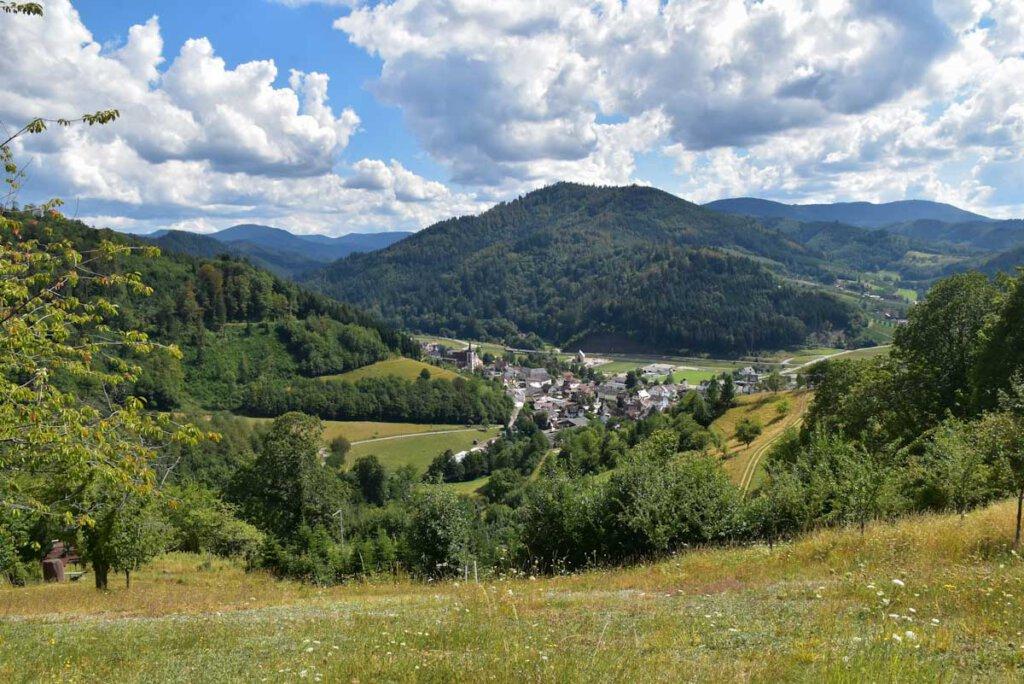 Idyllisch von Bergen umrahmt: Lautenbach