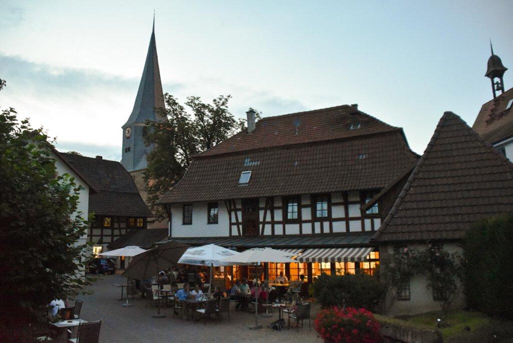 Lauer Sommerabend im Hof der Weinstube Lutz in Oberderdingen