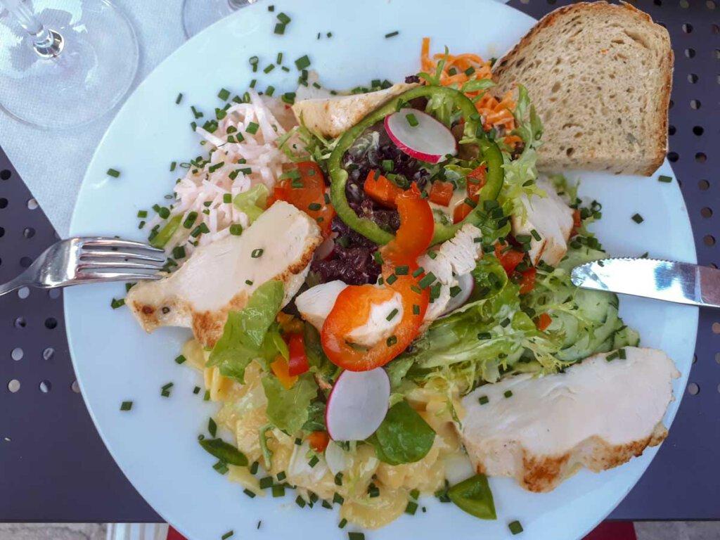 Leckerer Salatteller mit Hähnchenbrust