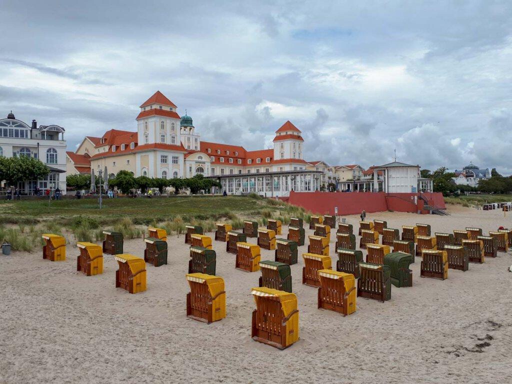 Der Binzer Strand mit Strandkörben und Kurhaus