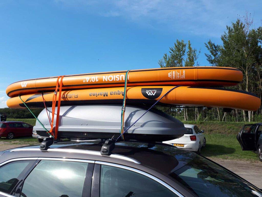 Vollgepackt unterwegs auf Rügen mit unseren orangefarbenen SUPs