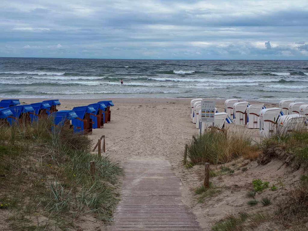 Stürmisch: Verwaiste Strandkörbe in Binz auf Rügen