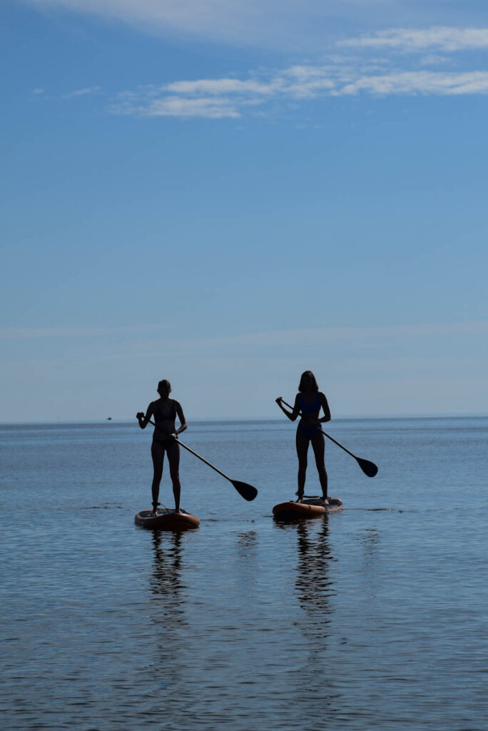 Sportlich unterwegs: Unsere Teenies beim Stand Up Paddling auf Rügen