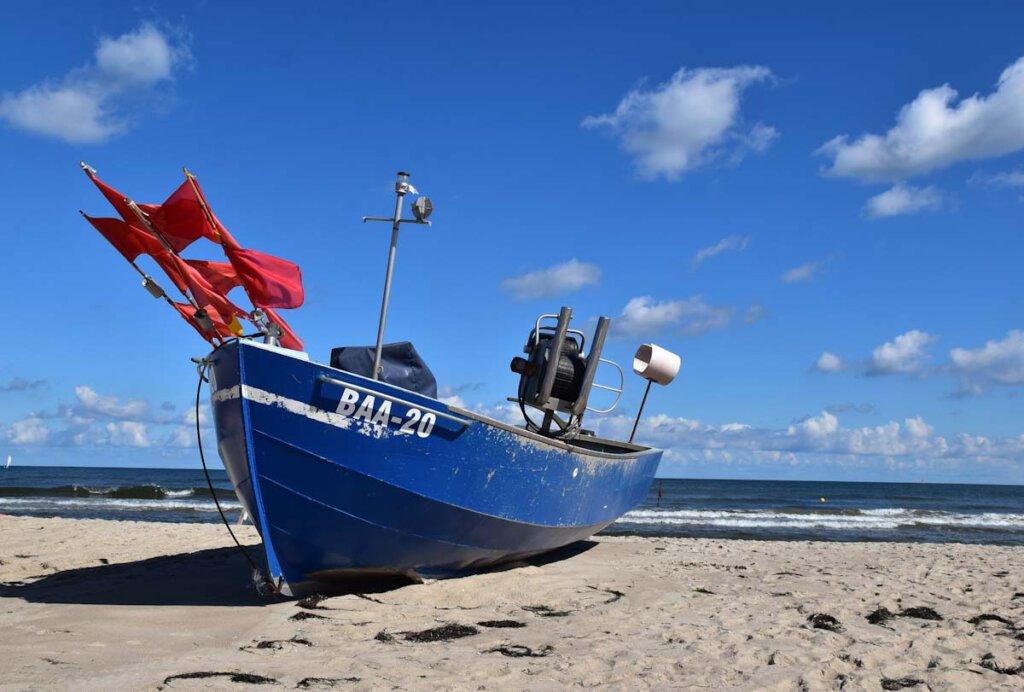 Malerische Fischerboote am Strand Baabe auf Rügen