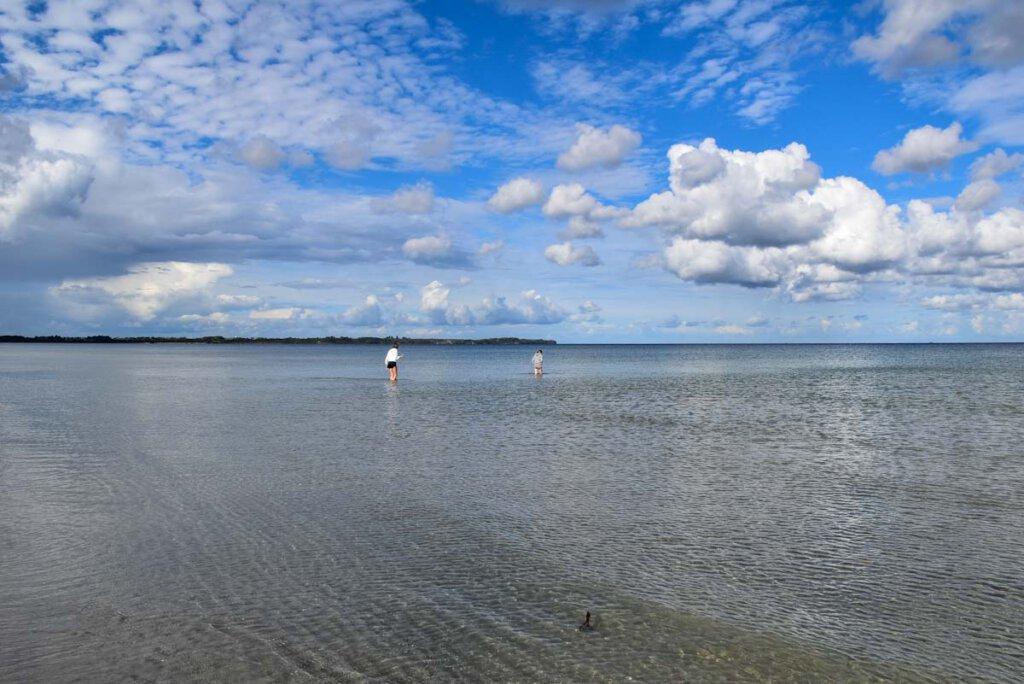 Glasklares und endlos flaches Wasser: Die Schaabe Rügen ist der perfekte Strand mit Kindern