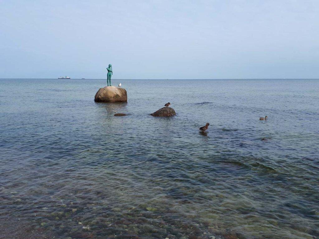 Die Bronzeskulptur Selina am Südstrand Sellin
