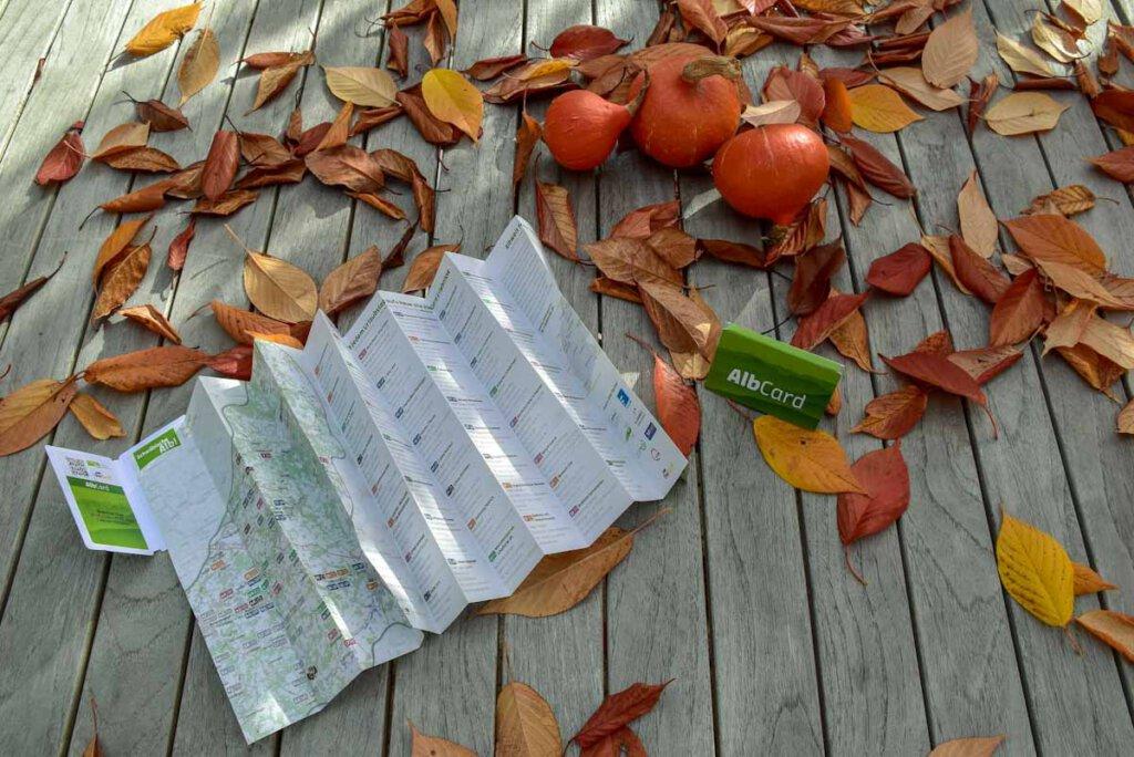 """Die Gästekarte """"AlbCard"""" mit Faltkarte und Ausflugstipps"""