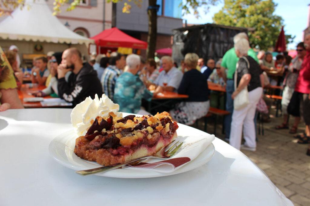 Zwetschgenkuchen mit Sahne auf dem Bühler Zwetschgenfest - Bild: Stadt Bühl
